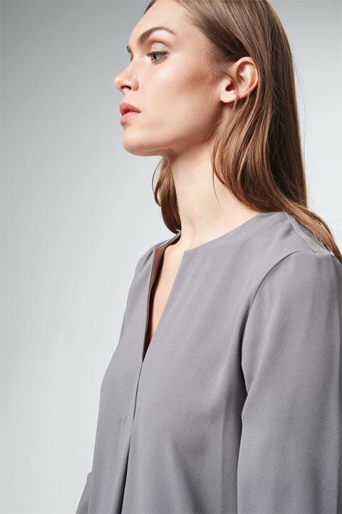 Crêpe-Kleid in Grau